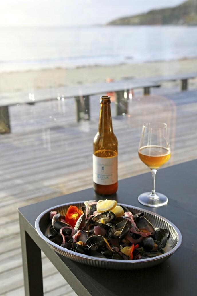 KORTREIST: På Stokkøya produseres både øl og gin. Og det serveres blåskjell i toppklasse. Foto: Runar Larsen