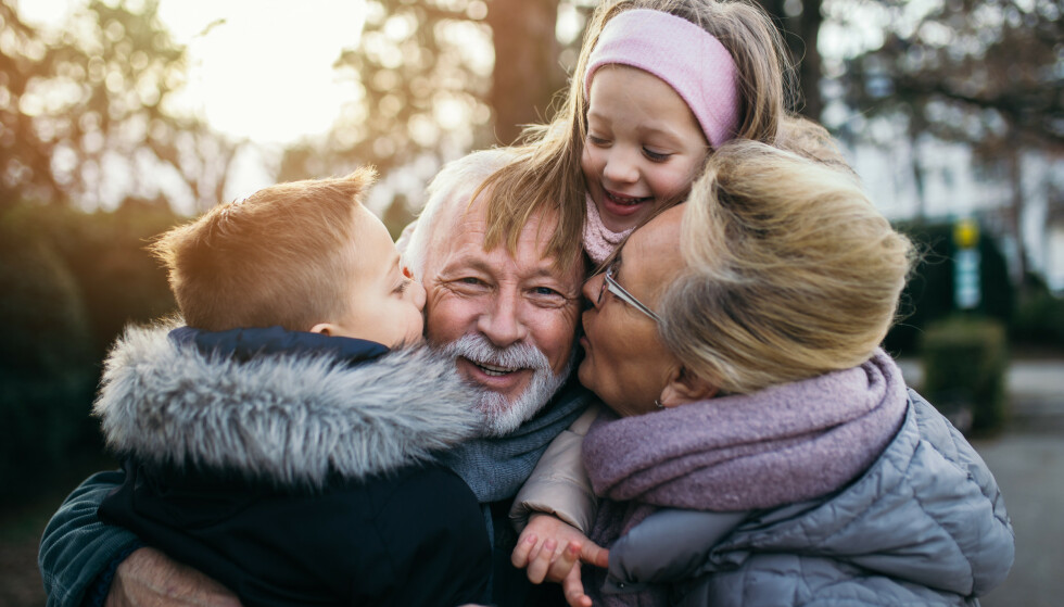IKKE LYKKELIGERE AV BARN OG BARNEBARN: Det er andre ting og relasjoner i hverdagen til eldre som kan bety mest for opplevelsen av lykke og livskvalitet, som helse og sosiale forhold, nabolaget og parforhold, ifølge en ny studie. For mange kan barnebarn tvert imot være en kilde til problemer og frustrasjon. Foto: Shutterstock/NTB