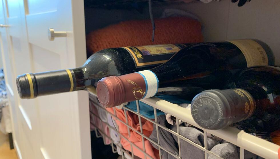 TA MED VINEN PÅ SOVEROMMET: Har du ikke vinskap eller kjeller, kan et skap på soverommet være et bra sted å lagre vinen - fordi det gjerne er mørkt og svalt der. Og husk: Vin med naturkork bør lagres liggende. Foto: Kristin Sørdal