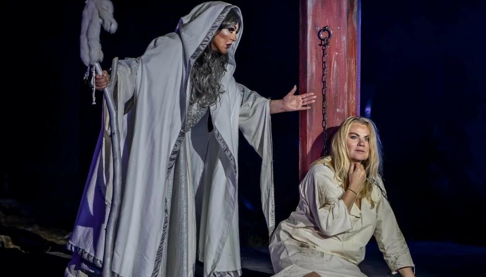 Lilli Bendriss (75) og Mia Gundersen har i år begge spilt i familieforestillingen Hekseringen. – Lilli er sjefsheksa, mener Gundersen. Fototgraf: Kata Pasztor