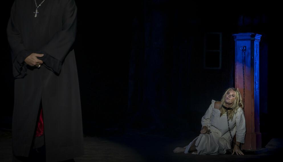 SPILLER HEKSEANKLAGET: Mia Gundersen (59) har i august i år spilt rollen som den anklagede Besta i familieforestillingen Hekseringen i Bergen. Fototgraf: Kata Pasztor