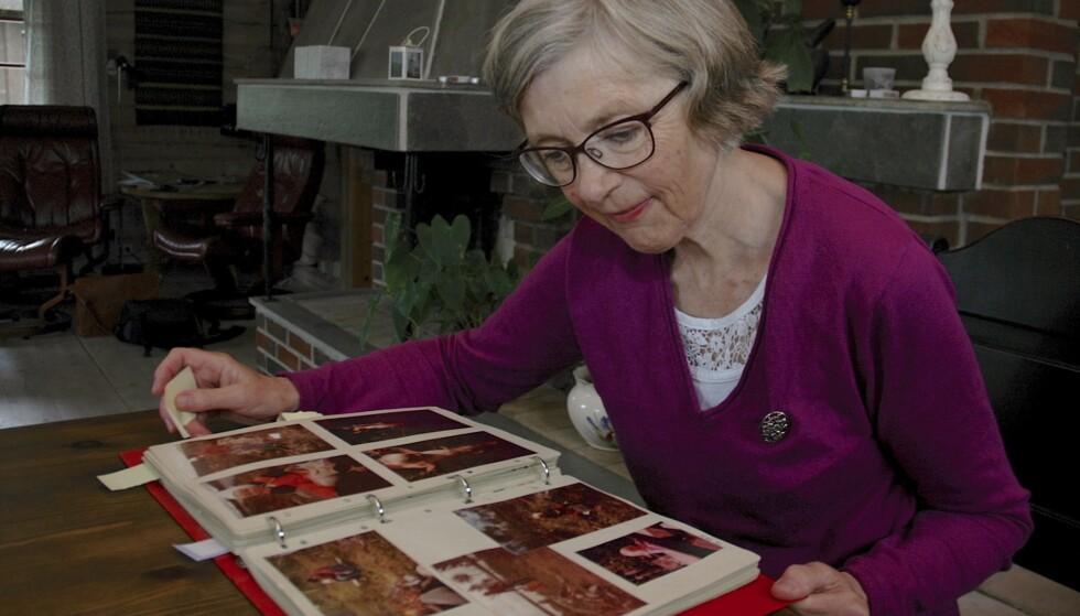 VONDT Å SE PÅ: Fotoalbumene med bilder av datteren og familien fra tidligere tider har Ann-Mari tatt fram for fotografens skyld. Hun ser aldri på dem ellers. Det gjør for vondt.