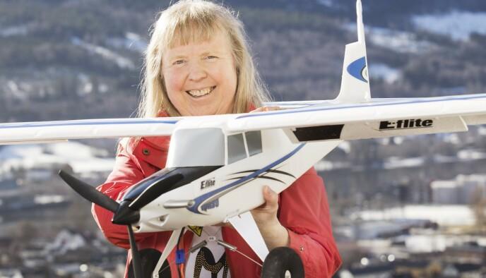 HOBBYER: Kristin Skjønvoll fikk modellfly i julegave av ektemannen. Nå gleder hun seg til å prøve «Ladybug» på modellflystripa i Drammen. Foto: Privat