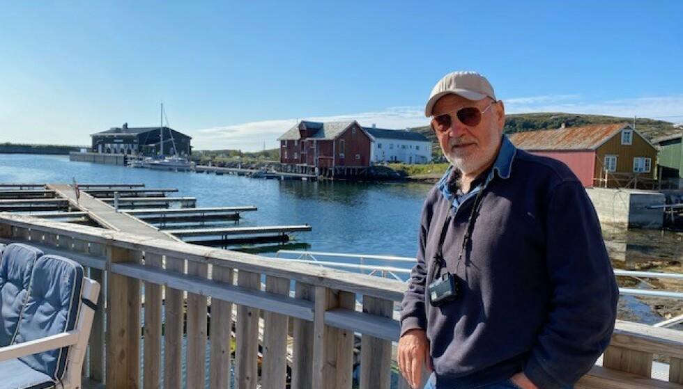 UT PÅ TUR: Kjell Hansen (74) er stadig på reise, som regel på organiserte turer for folk som reiser alene. Her fra sin foreløpig siste tur til Støtt i Nordland i sommer. Foto: Privat