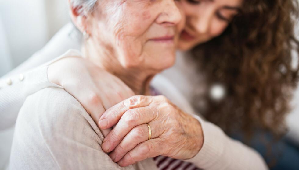 KONTANTSTØTTE FOR ELDRE: Er det en god idé å betale pårørende for å gi eldre omsorg hjemme? Foto: NTB