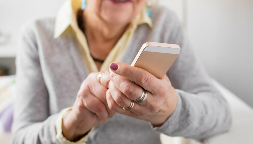 SVINDEL OG FALSKE NYHETER? Eldre er mer sårbare enn andre aldersgrupper når det kommer til desinformasjon og falske nyheter - og de føler seg mindre trygge på nett. Et nytt opplæringsopplegg skal lære seniorer å lettere skille sant fra usant, på nettet. Foto: Shutterstock/NTB