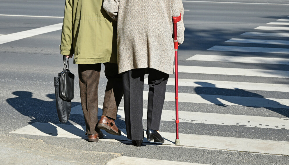 TUTER PÅ ELDRE: Det er ikke alle forunt å kunne løpe over veien. Noen trenger lenger tid - og noen steder finnes det faktisk en løsning for dette. Foto: Shutterstock/NTB