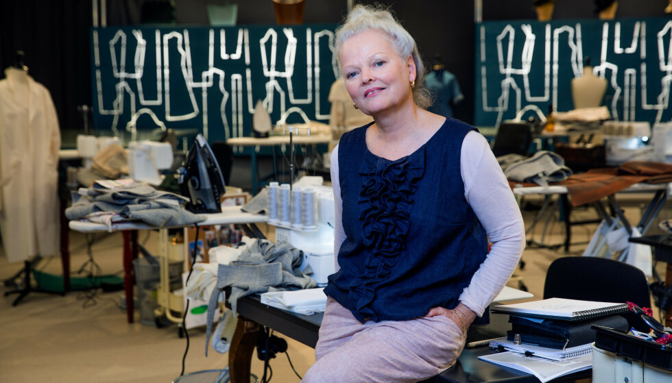 SKREDDERSYDD: Det var mormoren hennes som lærte Gro Marwold å sy. Nå syr hun store deler av sin egen garderobe. Foto: Julia Marie Naglestad/NRK