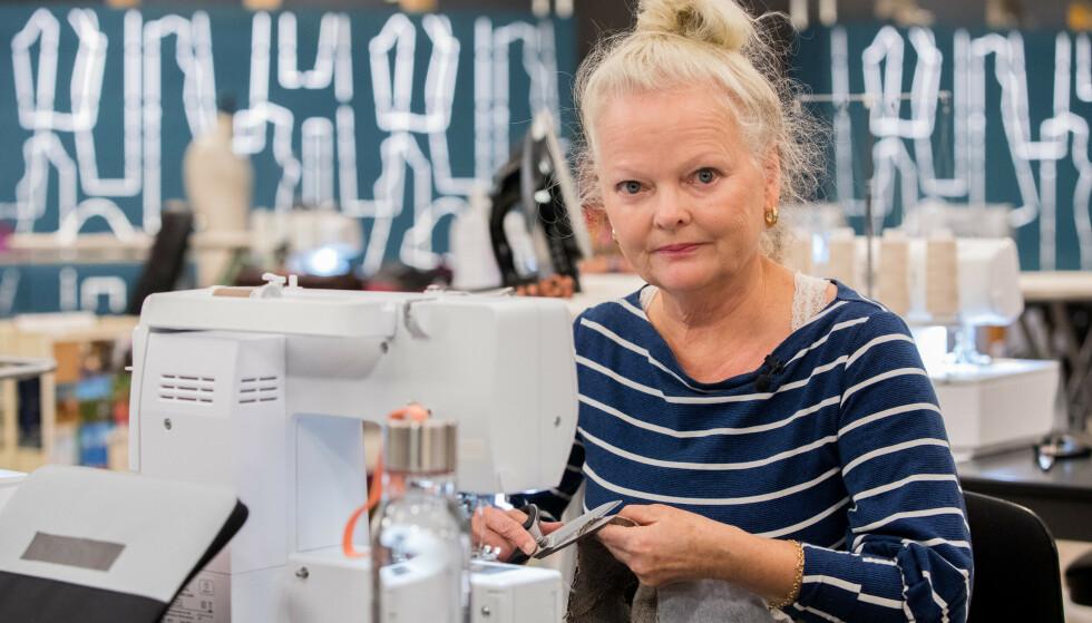 SYGLEDE: Gro Marwold der hun trives best - ved symaskinen. Foto: Julia Marie Naglestad/NRK