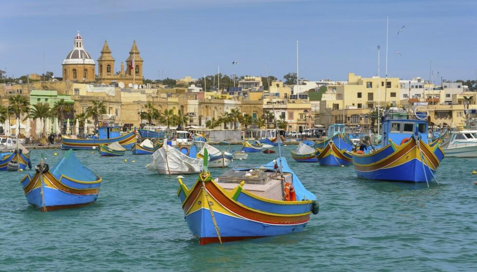 IDYLL: I en liten bukt i sør ligger fiskelandsbyen Marsaxlokk, med fargerike fiskebåter og fersk sjømat. Foto: NTB