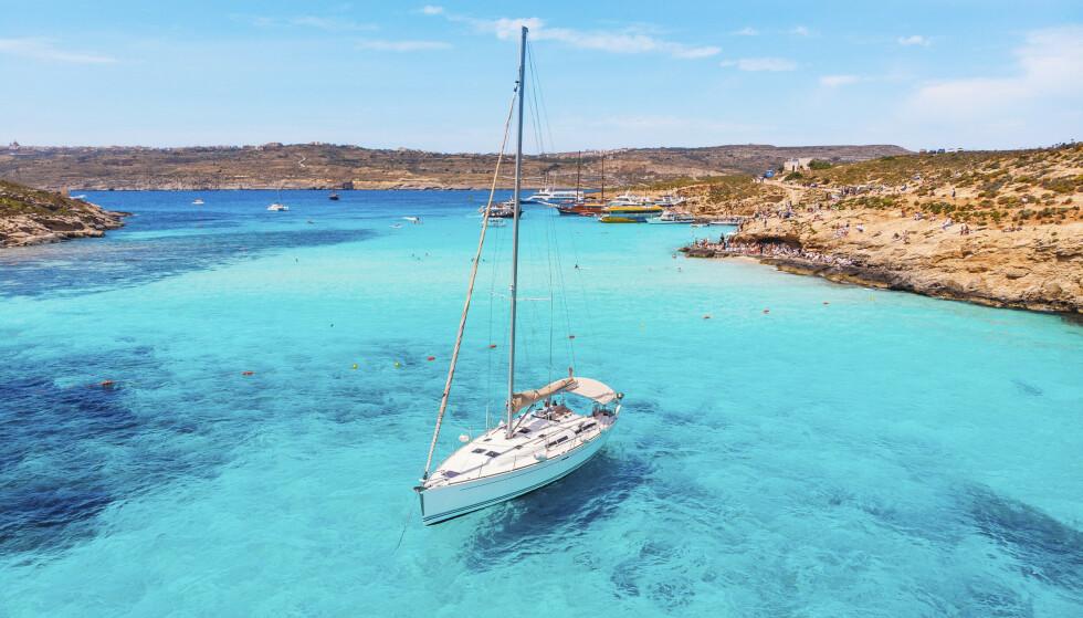 NYANSER AV BLÅTT: Den blå lagune på Comino byr på Maltas, og kanskje Europas, klareste badevann. Foto: NTB