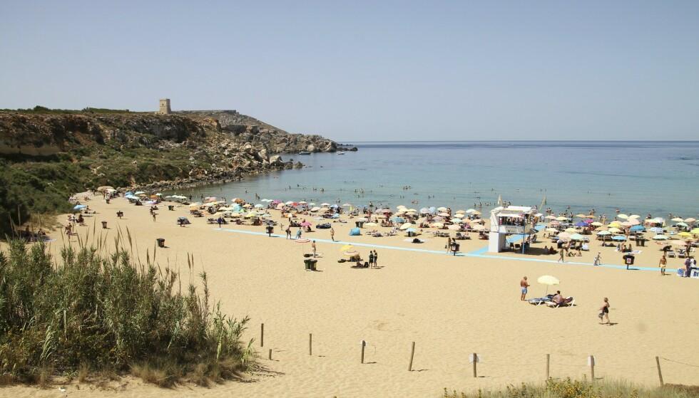 SOL OG BAD: Turister flest reiser til Malta for å slikke sol, og alle de tre øyene byr på fine strender. På Malta er Mellieha Bay og Golden Bay blant de mest populære. Foto: NTB