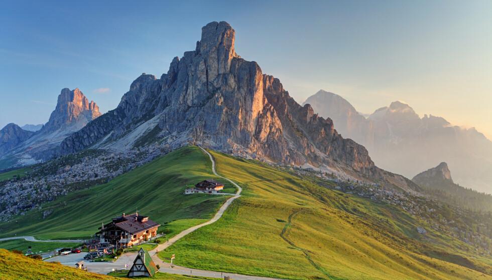 ALPEIDYLL: Passo di Giau, et av Dolomittenes populære fjellpass. Foto: NTB
