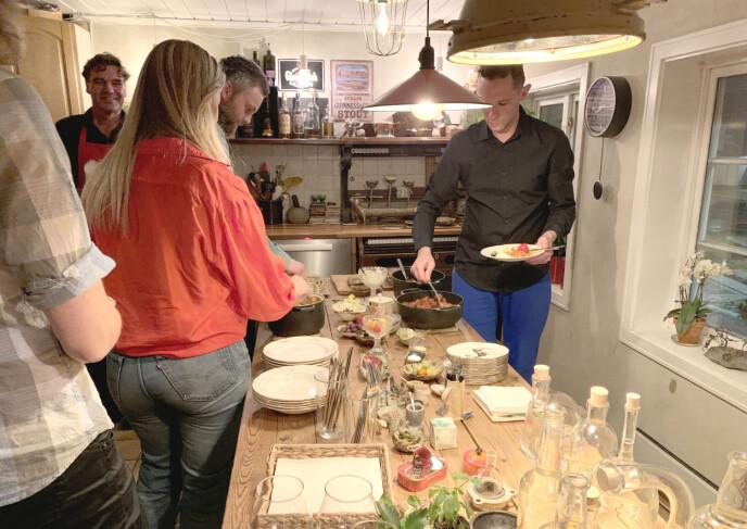 TAPAS: Hovedretten er to typer bacalao samt spanske kjøttboller og annen tapas, anrettet rundt kjøkkenbordet. Foto: Kristin Sørdal