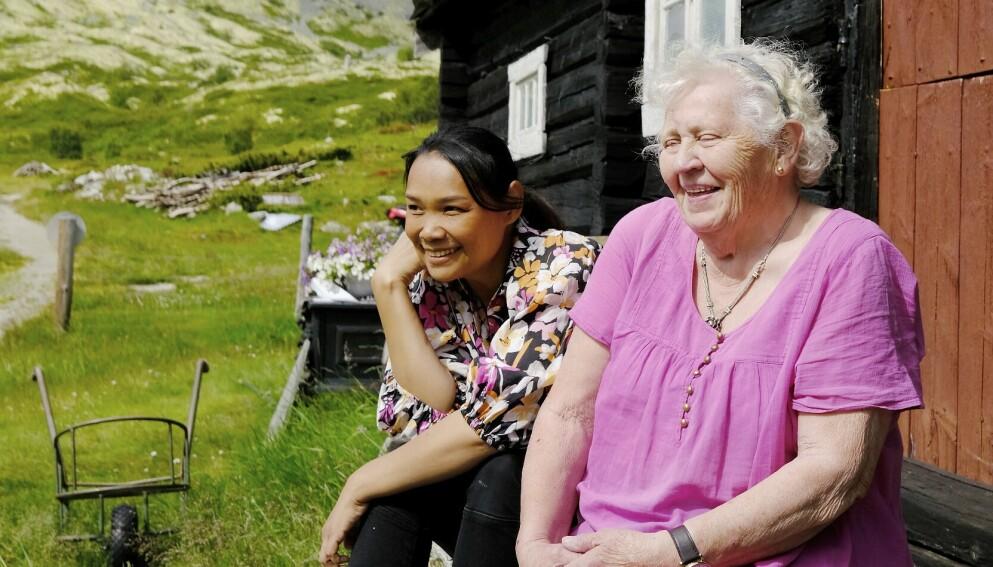 SVIGERDATTER OG SVIGERMOR: Etter som Daeng og Solveig ble kjent, så de at det var en del fellestrekk mellom dem. Begge er sosiale og arbeidsomme. Foto: Hege Landrø Johnsen