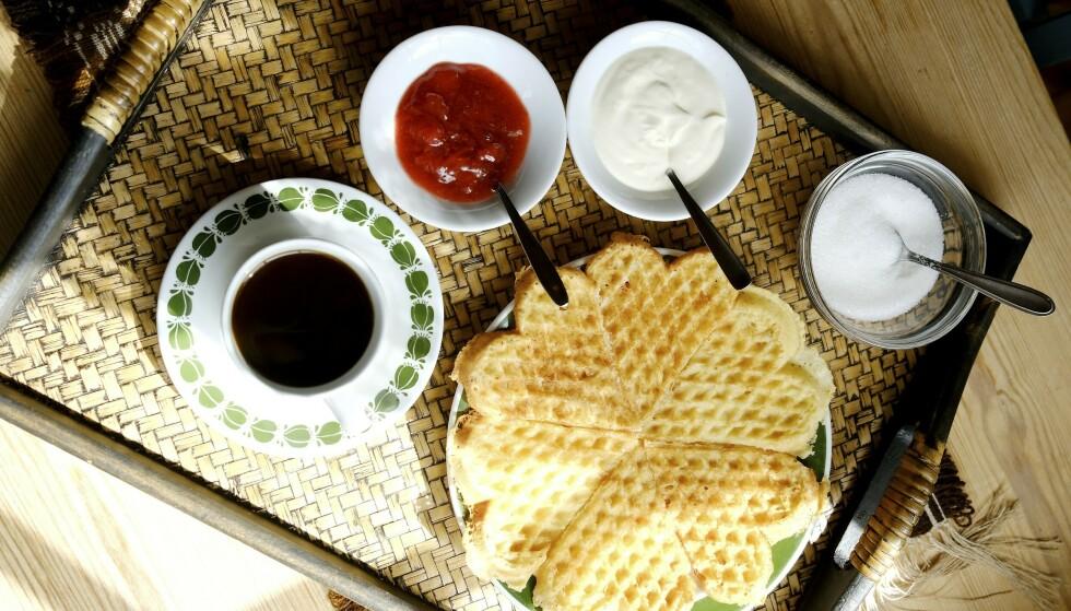 HERLIG MÅLTID: Kaffe og rømmevafler serveres daglig på setra. Foto: Hege Landrø Johnsen