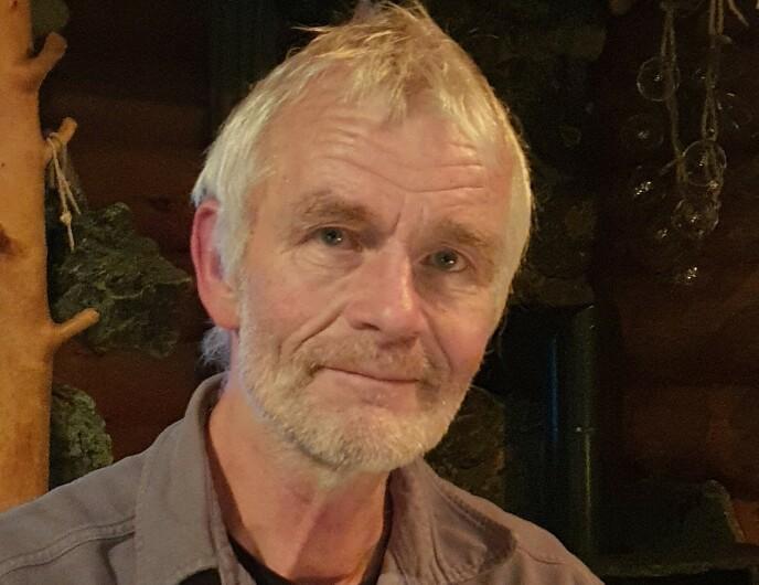 Sven Engholm (67) fra Skåne i Sverige har bygget sin egen lodge i Karasjok i Finnmark, der han tilbyr overnatting og hundekjøring. Foto: Siri Wolland