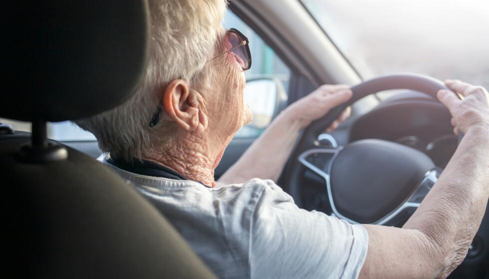 MÅ HA HELSEATTEST: Kravet om obligatorisk helseattest for eldre bilførere over 80 blir likevel ikke fjernet. Foto: Shutterstock/NTB