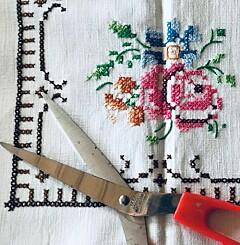 Image: «Bestemor så vel ikke for seg at håndarbeidet hun la sjela si i skulle klippes opp med saks?»