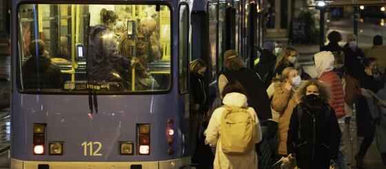 Image: «Folk tar seg en røyk med munnbindet på haka, for så å ta det på igjen»