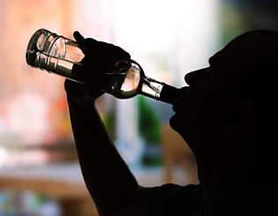 Image: Advarer om alkoholbruk blant ensomme eldre: - Betydelig underrapportering
